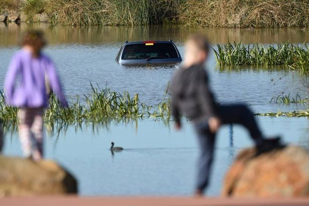 Lapset leikkivät lähellä järveä, joka vei kolme pikkulasta mukanaan.