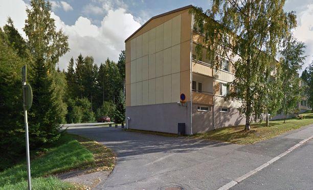 Ampuminen tapahtui Lahden Mukkulassa Pilkotunmäentiellä sijaitsevan kerrostalon pihalla.