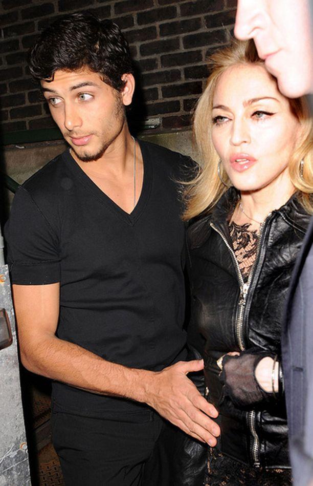 Jesus Luz ja Madonna liikkuvat tiiviisti yhdessä. Avioliitto ei kuitenkaan ole laulajan mieleen.