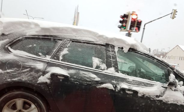 Katolle jätetty lumi voi liikkua jarrutuksissa myös tuulilasille peittämään näkyvyyttä.