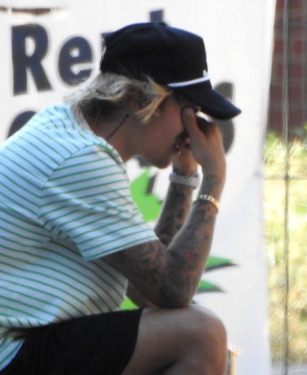 Justin Bieber pyyhki silmiään useaan otteeseen puhelinsoiton aikana.