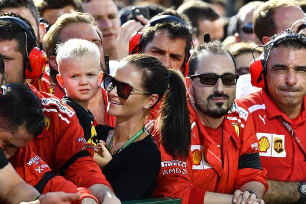 Minttu Räikkönen perheen esikoinen Robin sylissään. Perheeseen syntyi viime vuonna myös Rianna-tytär.