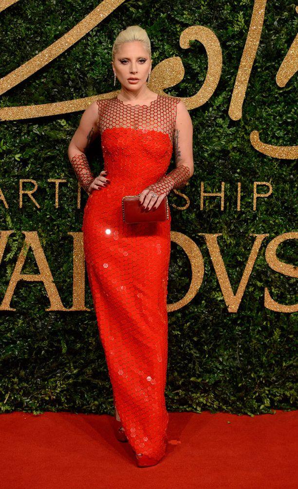 Lady Gagan punainen paljettipuku oli yksi illan tyylikkäimpiä. Luomuksen takana on Giuseppe Zanotti.