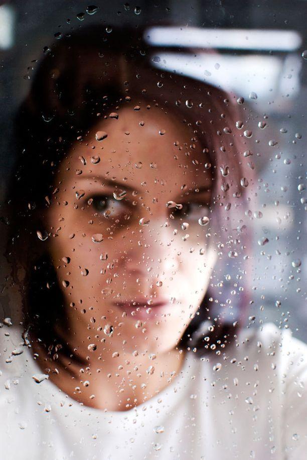 Väkivaltainen haluaa usein eristää kumppaninsa muista.