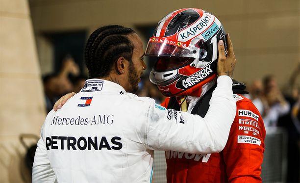 Lewis Hamilton kävi heti kisan jälkeen tervehtimässä Charles Leclerciä.