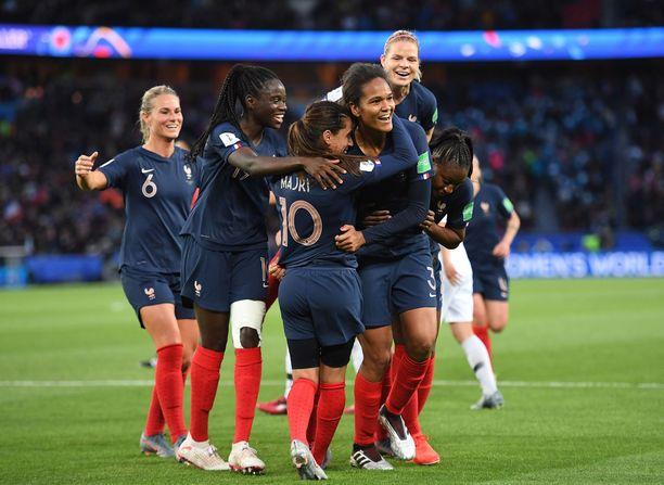 Les Bleus -kollegat riensivät juhlimaan Wendie Renardin (oik.) 3-0-osumaa.