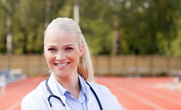 Pippa Laukka toimii muun muassa naisten jalkapallo- ja jääkiekkomaajoukkueen lääkärinä.