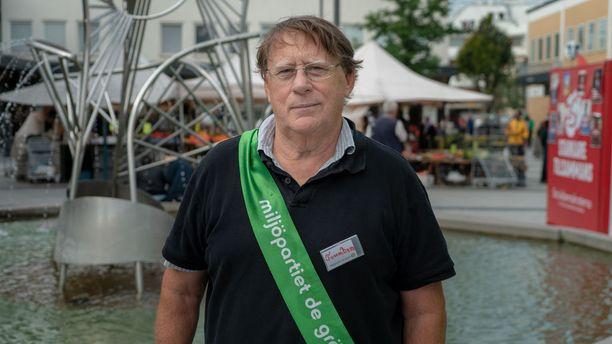Ympäristöpuolueen Tomas Beer yritti vakuuttaa äänestäjiä juuri ennen vaaleja Rinkebyssä. Rinkebyn torilla oli ainoastaan punavihreän blokin ja keskustan edustajia kampanjoimassa.