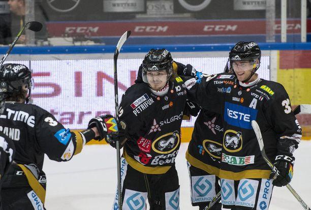 Ville Leskinen (keskellä) oli tärkeä tekijä Kärppien nousussa päätöserässä. Arkistokuva.