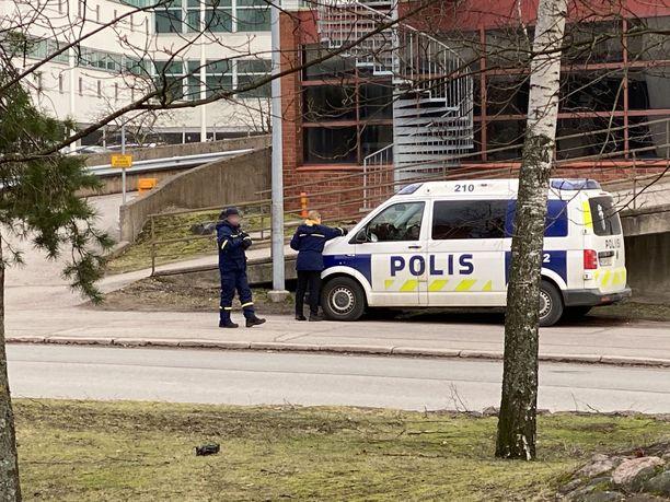 Poliisiauto sai pysäköintivirhemaksun Valimotiellä Helsingin Pitäjänmäessä.