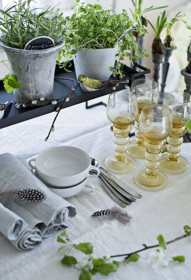 Kuvassa taustalla näkyvät helmililjat on tarkoitettu ainoastaan koristekäyttöön. Niitä ei voi syödä.
