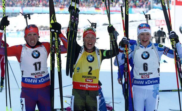 Kaisa Mäkäräinen voitti sunnuntaina Alpeilla MM-pronssia. Susan Dunklee (vas.) oli hopealla ja Laura Dahlmeier voitti.
