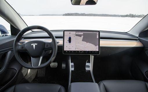 Amerikkalainen kuluttajalehti moitti Teslan Autopilottia:  Kuin lapsi olisi ensimmäistä kertaa ratissa