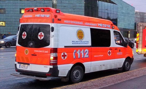 Ambulanssi ja taksi kolaroivat Helsingissä varhain perjantaiaamuna. Kuvituskuva.