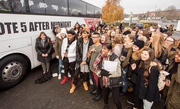 Ennen Leicesteriin lähtöä yhtye poseerasi nopeasti lähtöpaikalla faniporukan kanssa. Kuva ei ole yhtyeen kotiinpaluusta Leicesteristä.