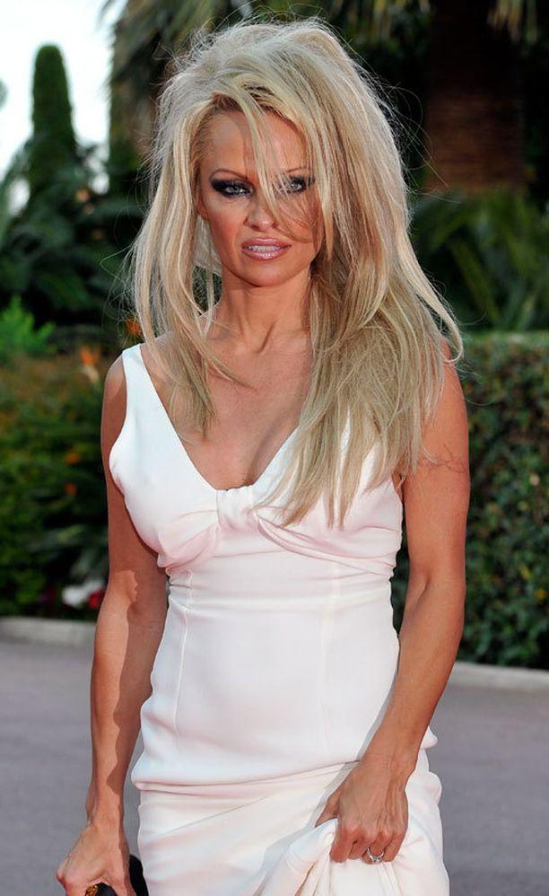 Pamela Anderson erosi jälleen.