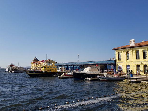 Izmirin poliisilaitos sijaitsee merenrannassa. Laiturissa on poliisiveneiden lisäksi ihmissalakuljettajilta takavarikoituja veneitä.