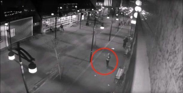 Uhri nähtiin valvontakameran kuvissa kävelemässä yksin Reykjavikissa aamuviideltä katoamispäivänään.