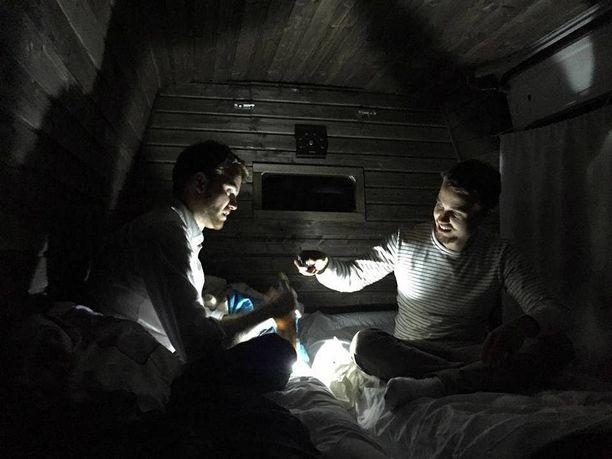 Veljekset nukkuvat osan öistään sauna-autossa.