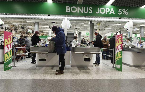 S-ryhmän tuoretuotteiden valikoimajohtaja Antti Oksa toteaa, että kesäaikaan oluiden myynti kokonaisuutena kasvaa. Arkistokuva Sellon Prismasta.