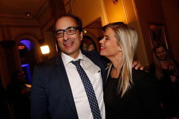 Juristi Heikki Lampela saapui jatkoille rakkaansa Hanna Kärpäsen kanssa.