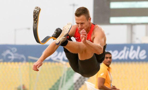 Markus Rehm ponnistaa proteesijalallaan.