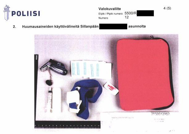 Muun muassa tällaisia välineitä Jari Sillanpään asuntoihin kohdistuneesta kotietsinnästä on löytynyt.