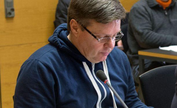 Aarnion asianajaja Riitta Leppiniemi totesti Iltalehdelle ennen istunnon alkamista, että pitkä eristäminen on ollut Aarniolle raskasta.