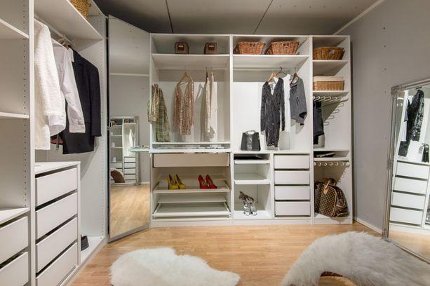 Tässä pukeutumishuoneessa peilit on sijoitettu kuin kauppojen sovituskopeissa. Kokonaisuutta voi peilata niin edestä kuin takaa.