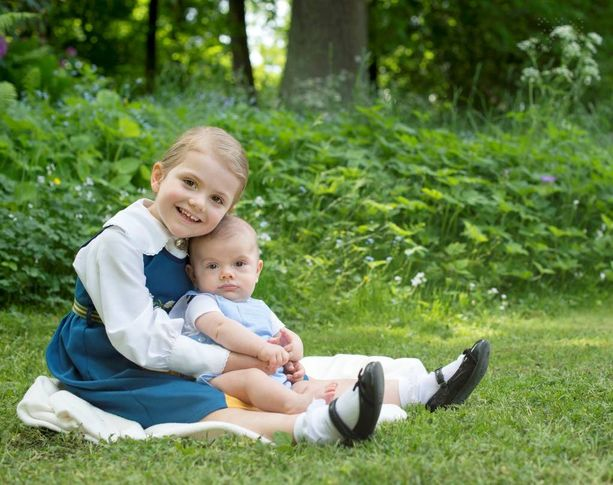 Kruununprinsessa Victorian ja prinssi Danielin lapset Estelle ja Oscar ovat mukana Öölannissa.