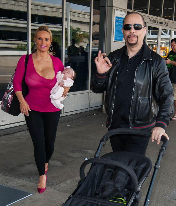 Perhe bongattiin Los Angelesissa lentokentällä sunnuntaina.