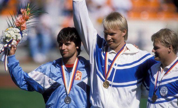 Tapio Korjus (kesk.), Jan Zelezny (vas.) ja Seppo Räty olympiamitalit kaulassa. Tapio Korjus voitti olympiakultaa tuloksella 84,28. Se on viimeisin suomalainen miesten keihäänheiton olympiakultamitali.