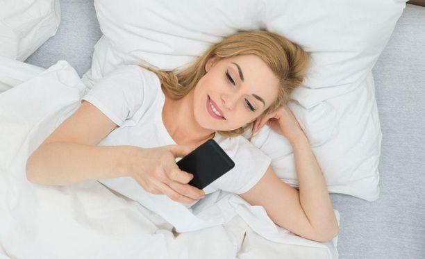 Jos älypuhelimen äärellä viettää pitkiä aikoja myöhään illalla, valon virkistävä vaikutus lykkää nukahtamista myöhemmäksi ja seurauksena voi olla haitallinen univaje.