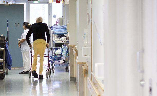 Poliisilla on tutkittavana 30 vanhusten hoitoon liittyvää asiaa. Kuvituskuva.