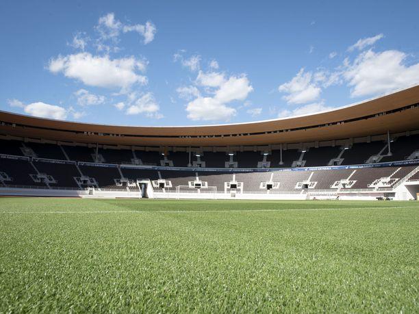 Olympiastadionin uusi nurmi hoidetaan useita kertoja päivässä.
