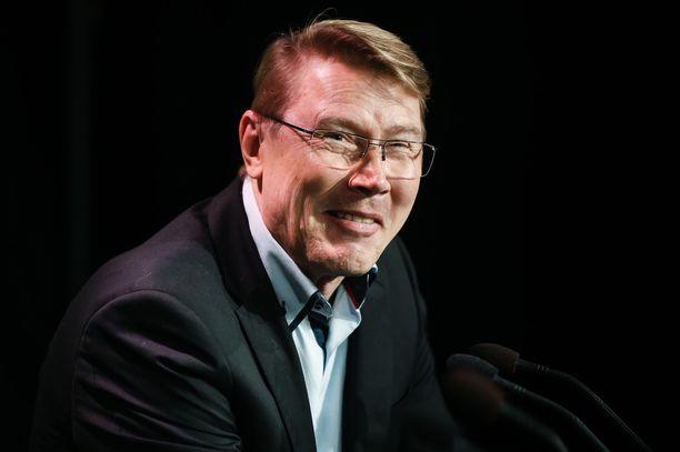 Mika Häkkisellä oli tapana vitsailla lehdistötilaisuuksissa.