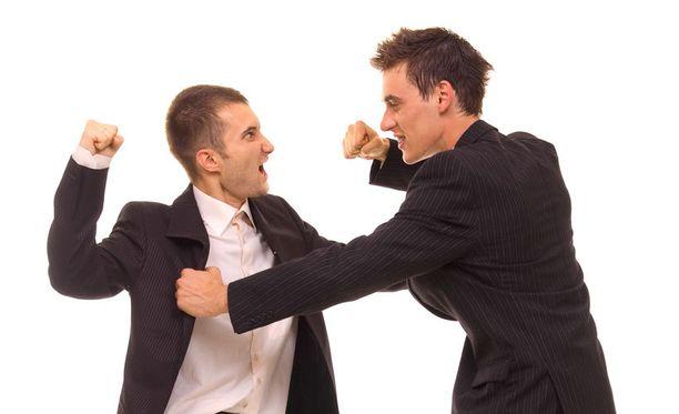 Tutkijoiden mukaan miehille on kehittynyt kasvoihin eräänlainen puolustava haarniska. Kuvituskuva.