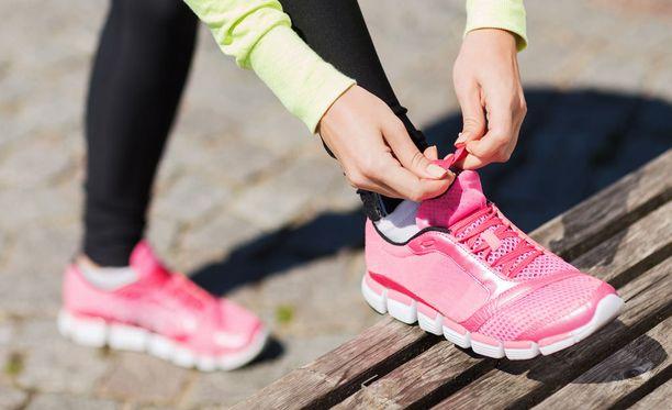 Hyvään oloon ei välttämättä tarvita hampaat irvessä hölkkäämistä. Rauhallinen luonnossa kävely ryhmässä tai yksin voi riittää, tähdentää liikuntalääketieteen erikoislääkäri Katriina Kukkonen-Harjula.