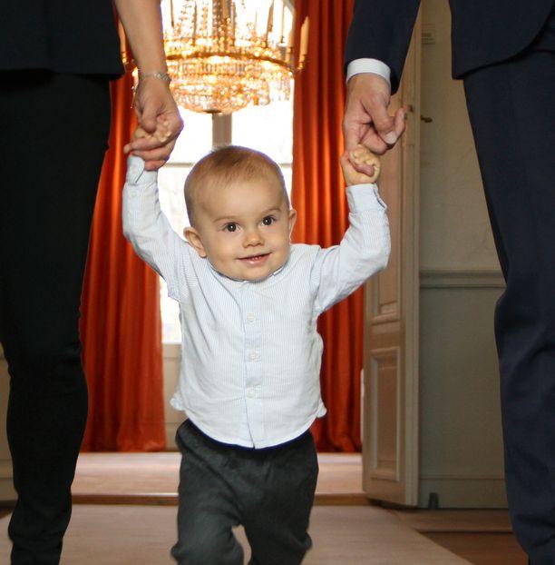 Prinssi Oscar ikuistettiin myös ottamassa askelia vanhempiinsa tukeutuen.