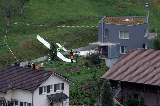 Kaksi kevytlentokonetta törmäsi ilmassa ja syöksyi maahan lähellä asuinaluetta Sveitsin Dittingenissä.