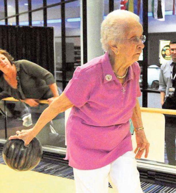 TERÄSMUMMO. Amerikkalaista rouva Emma Hendricksonia ei ikä paina. Sadan vuoden kunnioitettavaan ikään ehtinyt virkeä vanhus osallistuu yhä keilailukilpailuihin loistavalla menestyksellä. Eläkeläinen sai juuri erikoismitalin oltuaan mukana kansallisessa naisten keilailuturnaukseen 50 vuotta peräjälkeen.