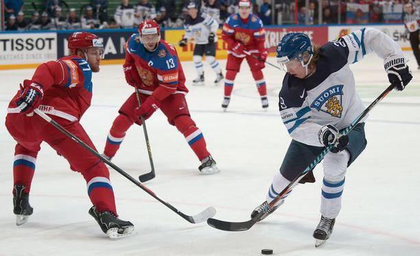 Venäläisluotsi antoi Anton Beloville kovaa kritiikkiä. Kuvassa puolustaja taistelee Patrik Lainetta vastaan.