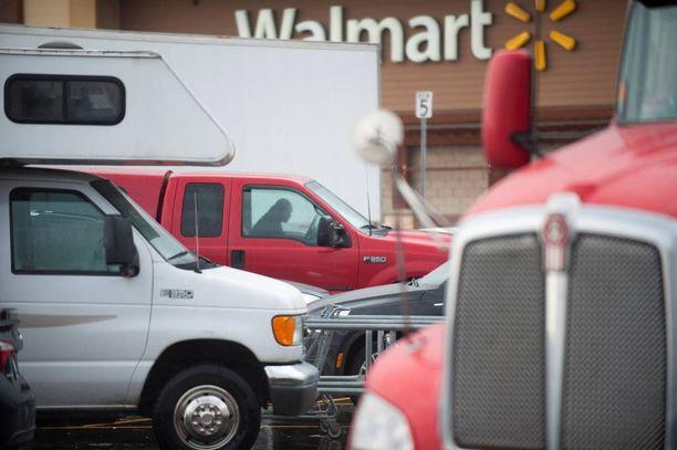 Mies riehui aseiden ja viidakkoveitsen kanssa Wal-Mart-supermarketissa. Arkistokuva.