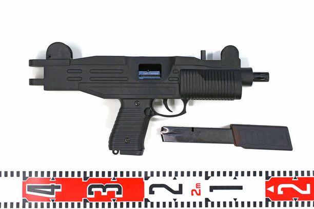 Poliisi epäilee virolaisia henkilöitä väkivalta-ja ampuma-aserikoksista.