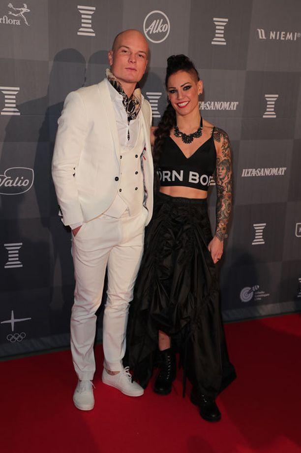 Nikas Räsänen ja Eva Wahlström saapuivat yhdessä Urheilugaalaan.