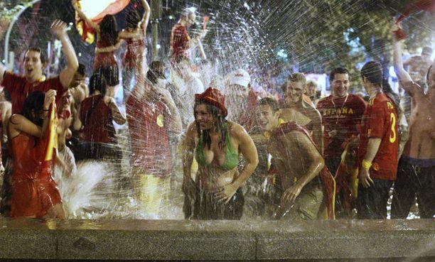 Fanit kylpivät suihkulähteessä Madridin keskustassa.