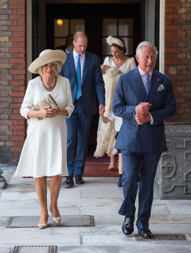 Herttuatar Camilla ja prinssi Charles harrastavat joogaa.