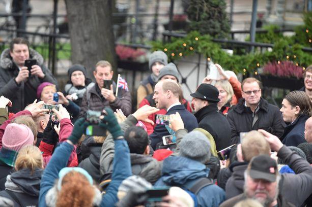 Paikalla oli satoja ihmisiä seuraamassa prinssin vierailua.