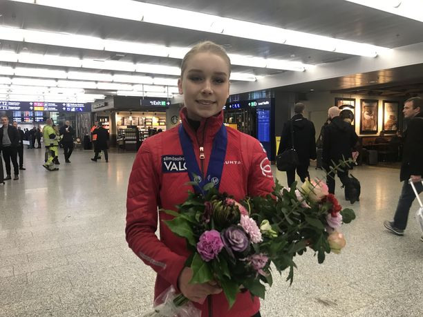 Tuore EM-pronssimitalisti Viveca Lindfors väläytti hymyään Helsinki-Vantaan lentokentällä.