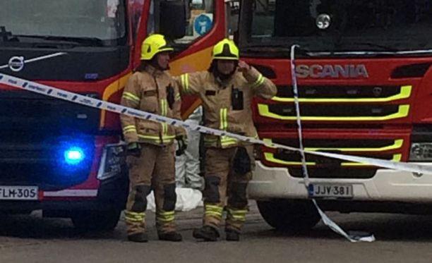 Turun puukotus aiheutti ison operaation paikalliselle poliisille je pelastusviranomaisille. Myös useat sivulliset auttoivat uhreja. Lukijan kuva perjantai-illalta.
